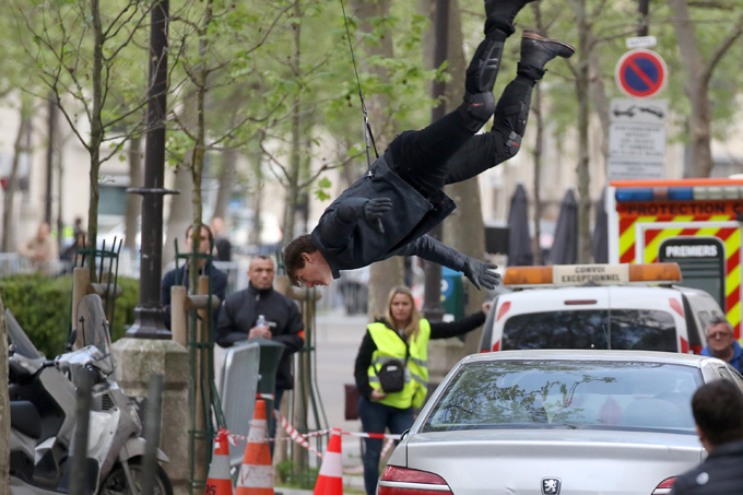PARIS, FRANCE - APRIL 10:  Actor Tom Cruise performs a stunt on set for 'Mission:Impossible 6 Gemini' filming  on April 10, 2017 in Paris, France.  (Photo by Pierre Suu/GC Images)
